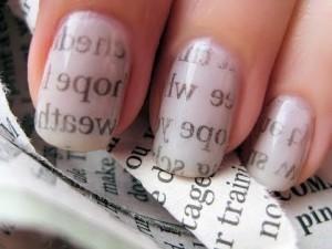 газетный маникюр на ногтях