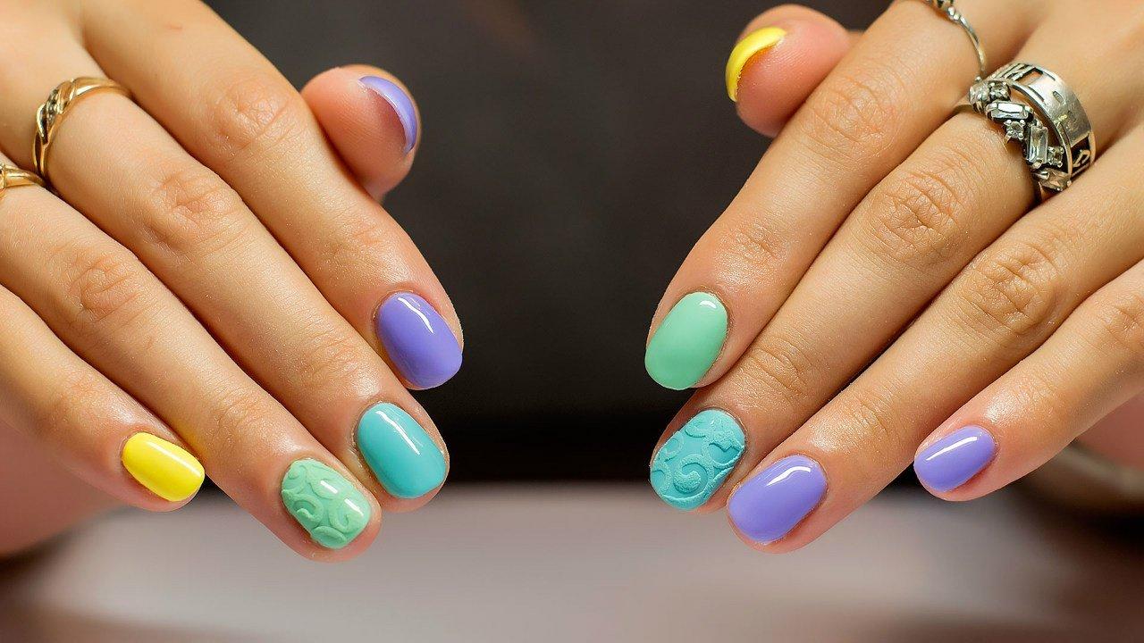 разноцветный маникюр на коротких ногтях фото