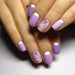 Маникюр с фиолетовыми цветами фото
