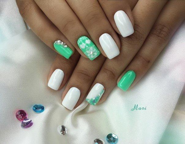 Маникюр с белым и зеленым лаком