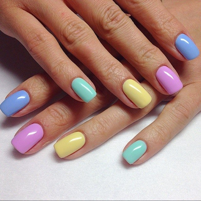 Нежный разноцветный маникюр фото
