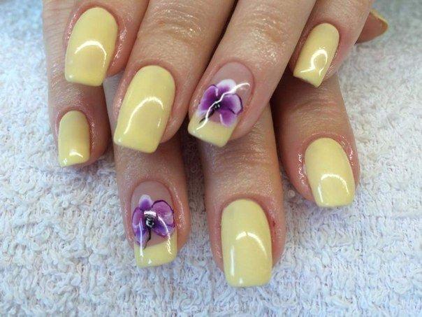 Желтый маникюр с цветком