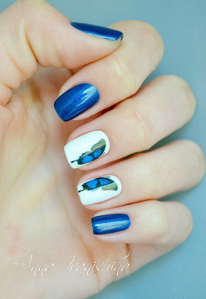 Синий маникюр с цветами фото