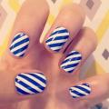 Бело-синий маникюр на короткие ногти