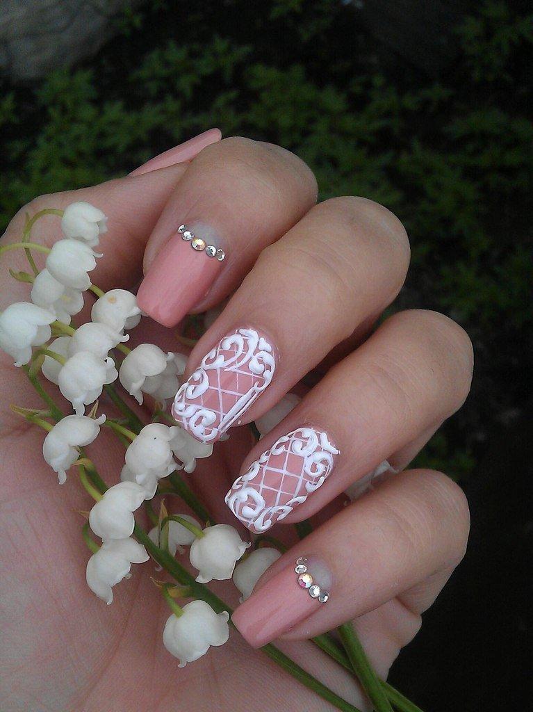 Дизайн ногтей с розовыми стразами