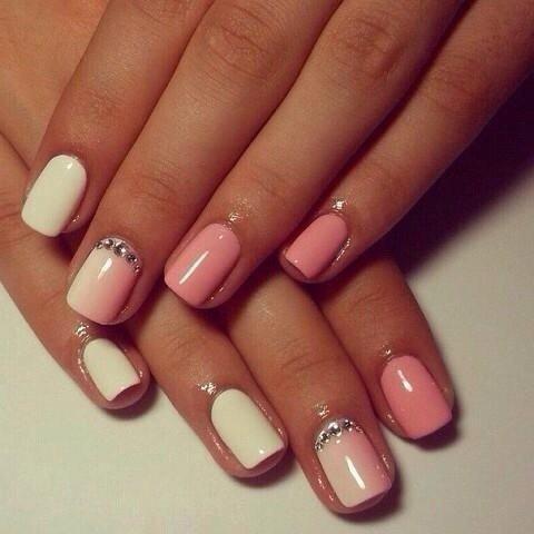 Маникюр бело розовый со стразами