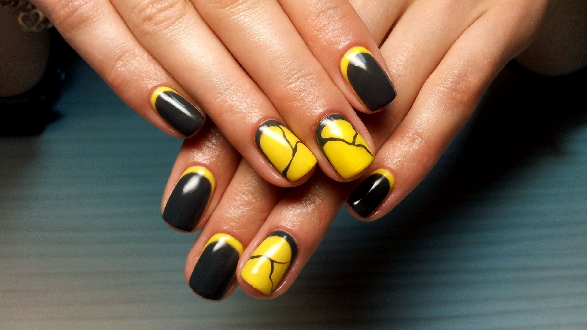 Черно-желтый обратный френч