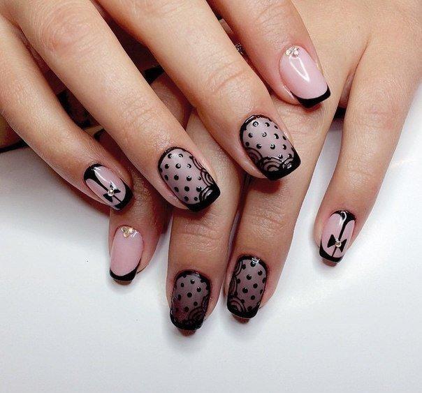 Бежевые ногти с черным рисунком