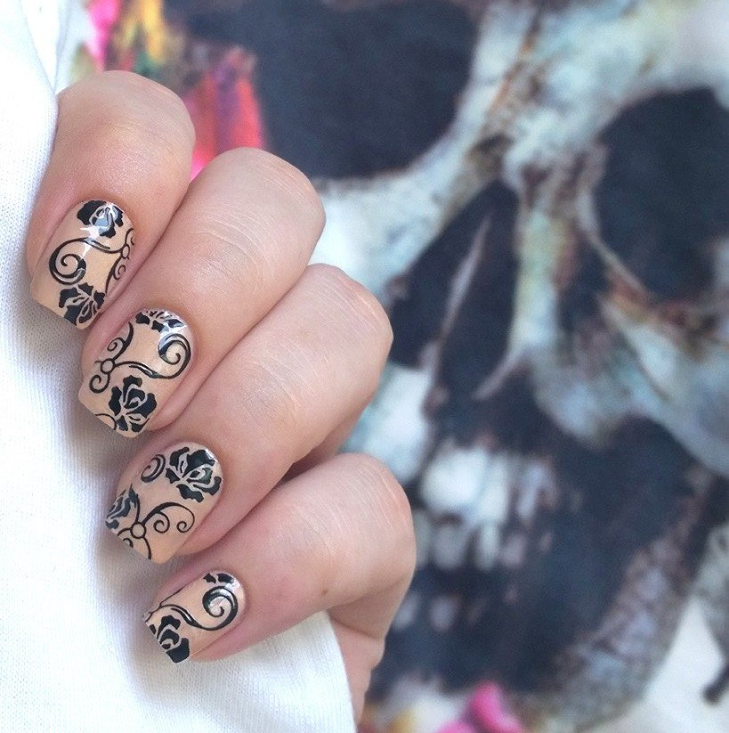 Бежевый лак с рисунком на ногтях
