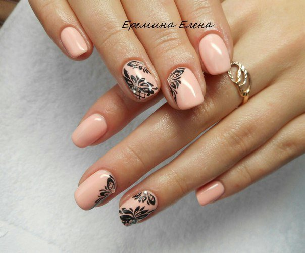 Маникюр персиковый с дизайном