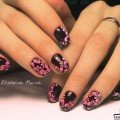 Черно-розовый маникюр с узором