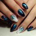 Яркий маникюр на овальные ногти