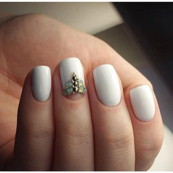Маникюр белый с цветами