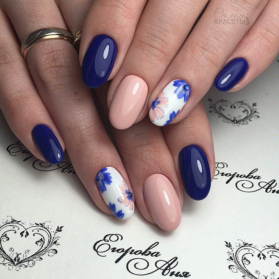 Маникюр с бежевым и синим лаком