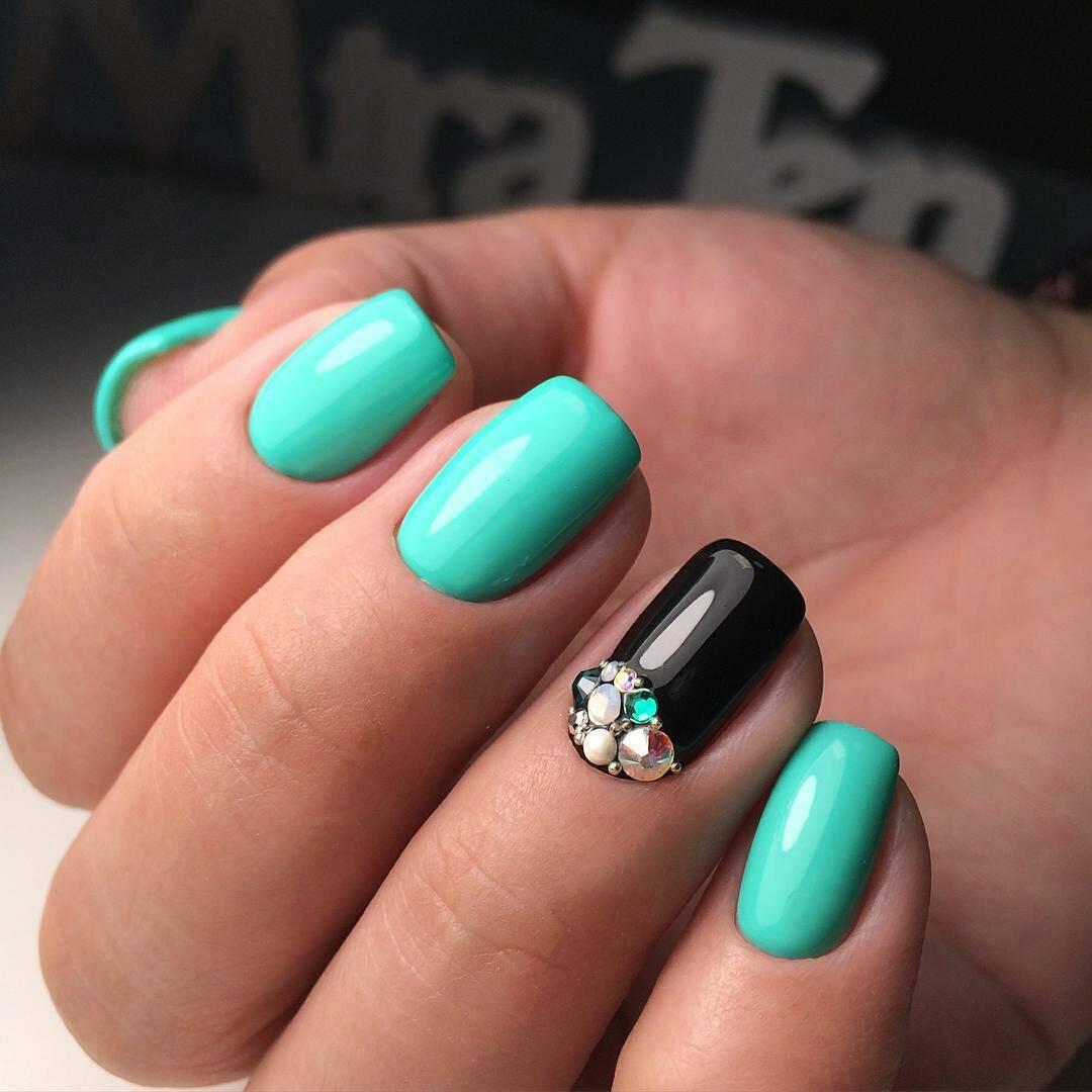 Бирюзовый шеллак на ногтях