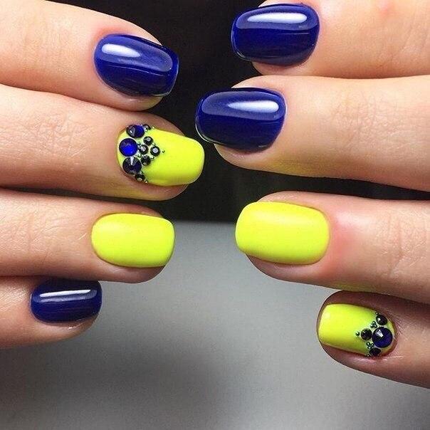 Маникюр в желтом и голубом цвете