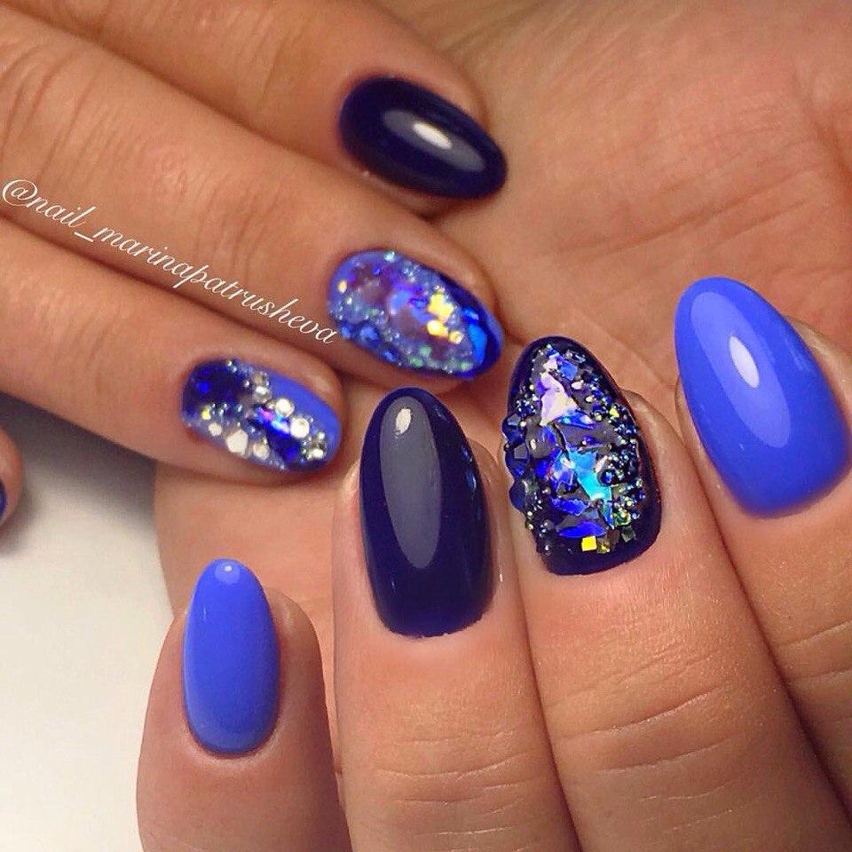 большой дизайн ногтей синие со стразами