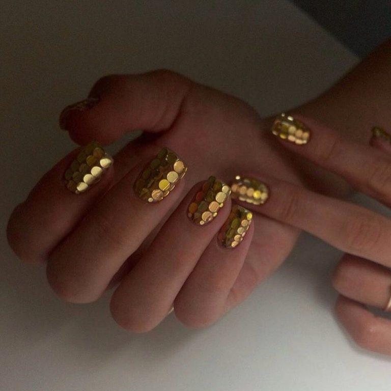 Золотистый маникюр