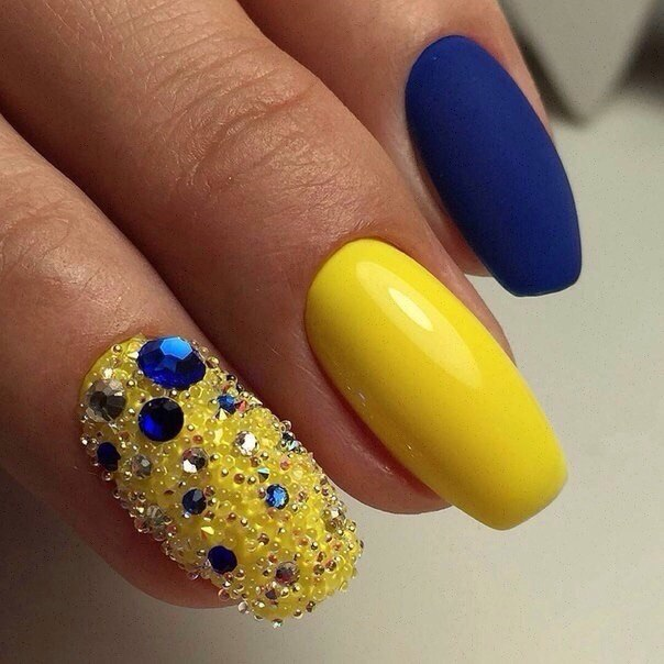 Маникюр из желтого и синего лаков
