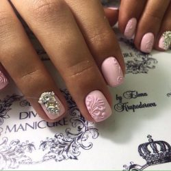 Розовый маникюр фото