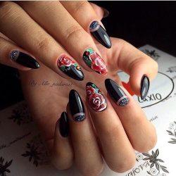 Лунки на миндалевидных ногтях