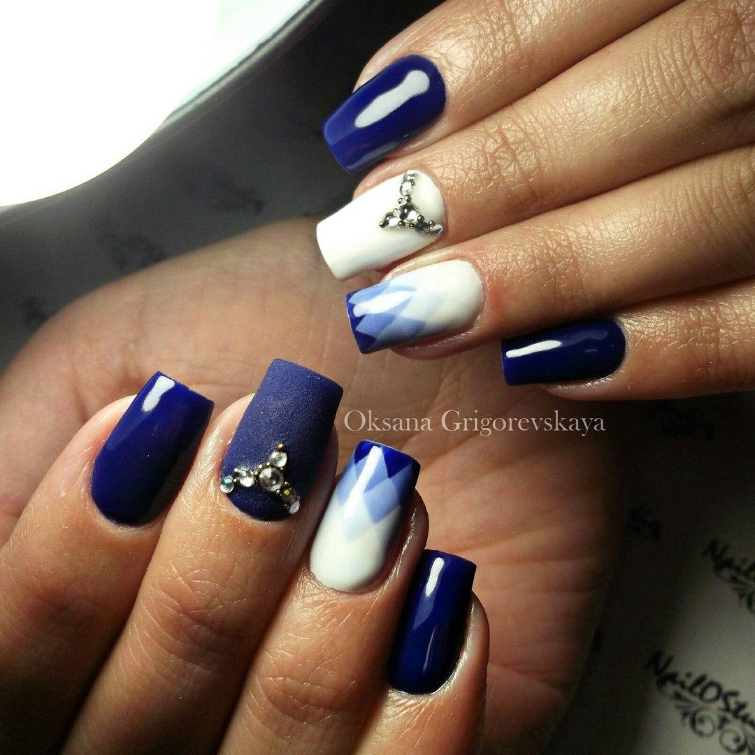 Маникюр синего цвета со стразами фото