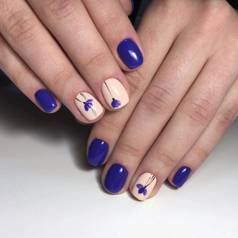 Синий маникюр с дизайном на короткие ногти