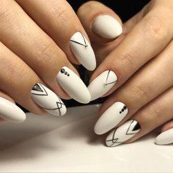 Черно-белый маникюр фото