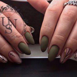 Темно-зеленый маникюр фото