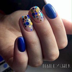 Маникюр синего цвета на короткие ногти