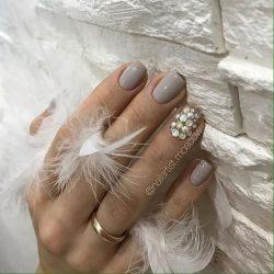 Маникюр с драгоценными камнями фото