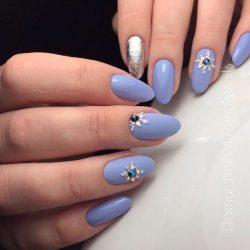 Бледно-голубой маникюр фото