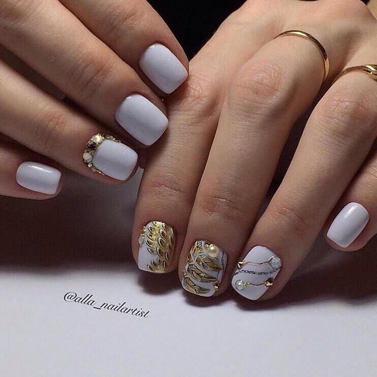 Белый маникюр золотой