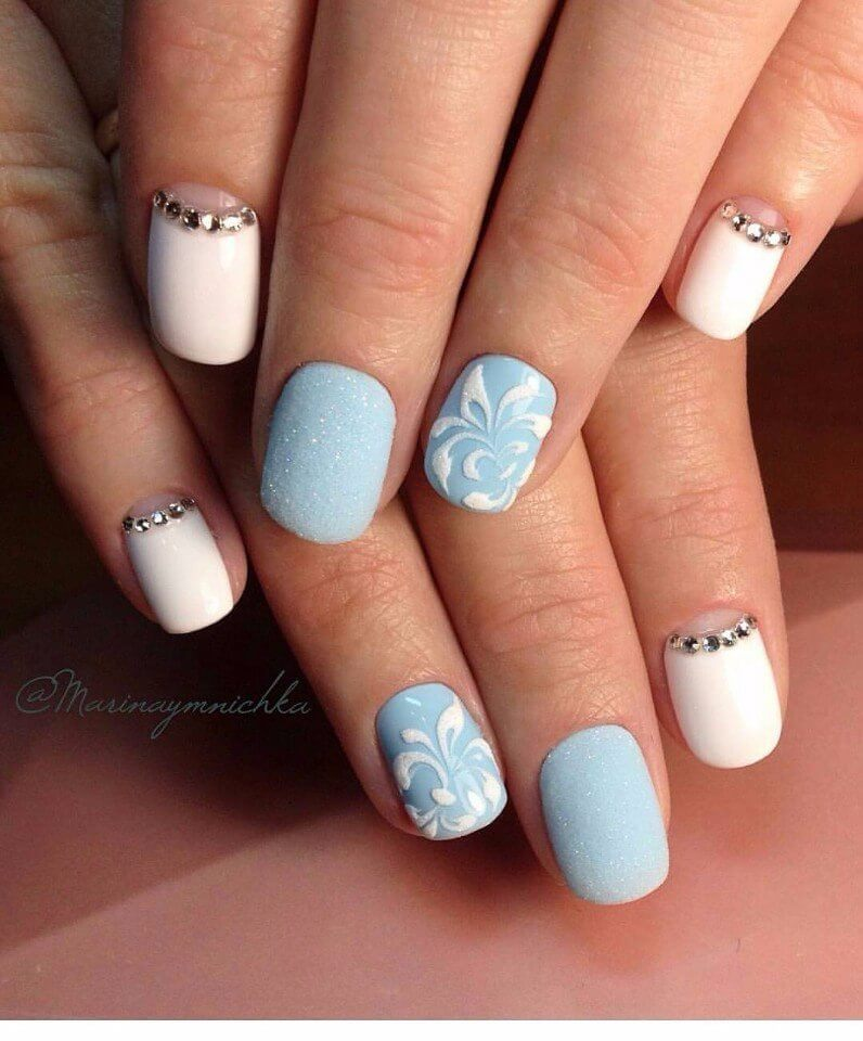 Бело-голубой дизайн ногтей