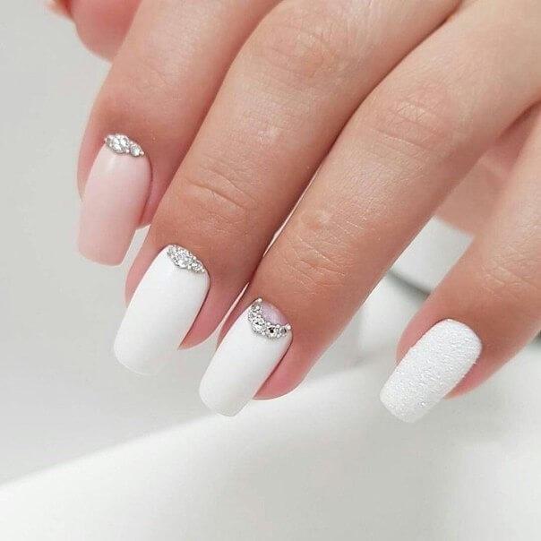 Красивый розово белый маникюр