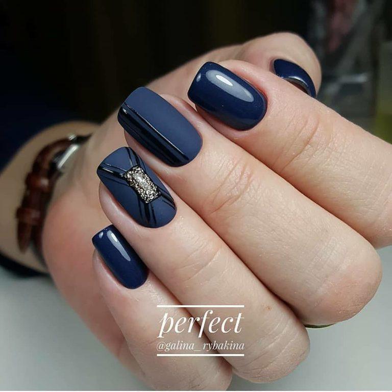 Темно-синий маникюр
