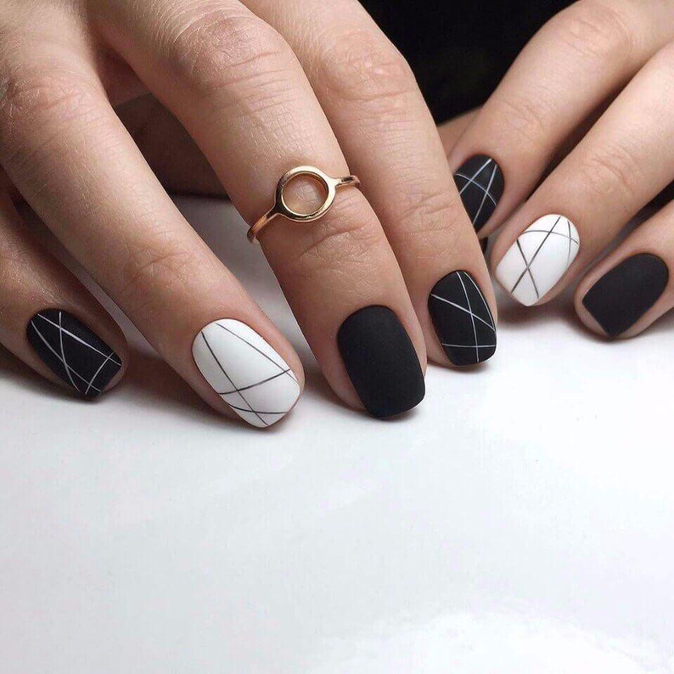 Нежный черно белый маникюр