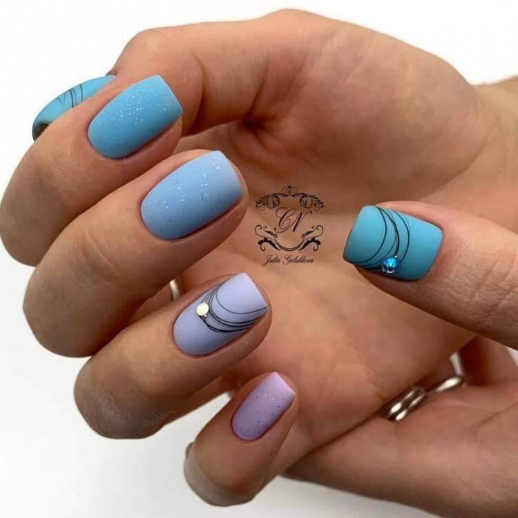 Голубой маникюр